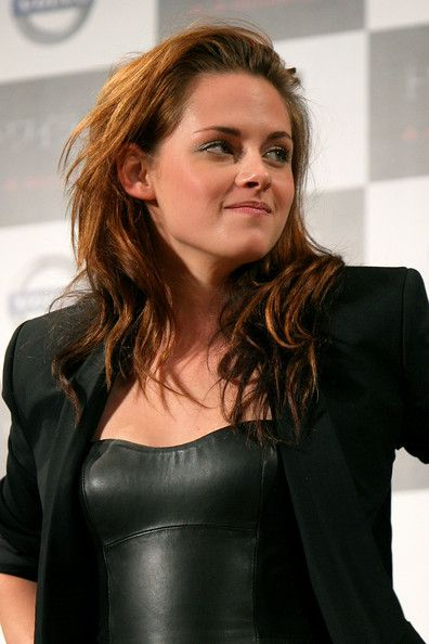 """Kristen Stewart Photos - American actress Kristen Stewart attends the 'Twilight' press conference at Ebisu Garden Place on February 27, 2009 in Tokyo, Japan. The film will open in Japan on April 4. (Photo by Kiyoshi Ota/Getty Images) * Local Caption * Kristen Stewart - """"Twilight"""" Press Conference"""