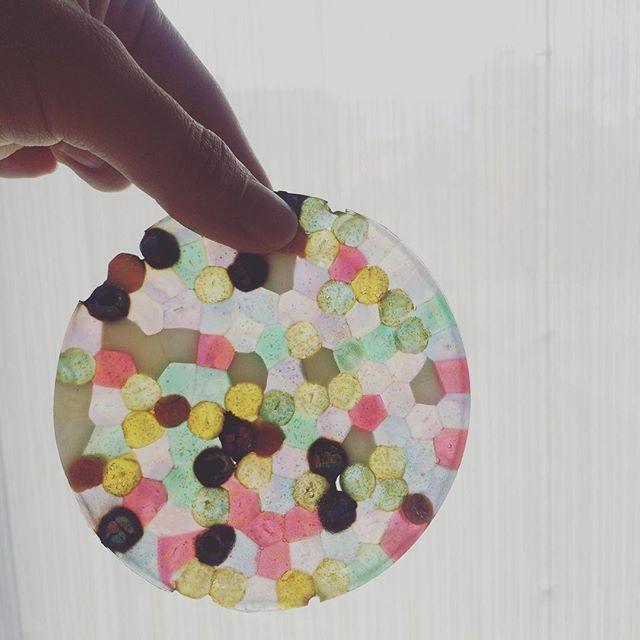 ステンドグラスのような美しい小物がビーズを使って簡単に作れちゃうんです。透明感のあるステンドグラスのような美しいデザインやカラフルで可愛いおもちゃのような小物までアイデア次第で出来る無限大の小物たち。思わずハマったとの声がいっぱいDIY、メルトビーズの紹介です♪