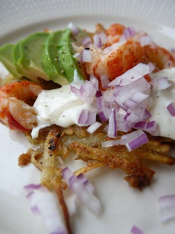 """Råraka, recept: Stek två rårakor åt gången. Klicka ut riven potatis och platta med stekspade runda, tunna """"plättar"""". Vänd när de blir gyllenbruna och stek andra sidan. Salta ordentligt, peppra. Lägg upp på tallrikar. Lägg upp avokado, kräftstjärtar, en klick crème fraîche. Avsluta med att strö rödlök över, ev.några varv med pepparkvarnen. #myrecipe"""