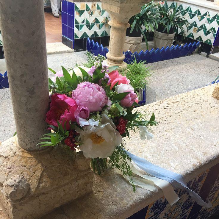 #bridalbouquet #peony #summerwedding #flowers #weddingflowers #destinationwedding #ramodenovia #sitges #flowerssitges #floristeriabrisa #wildflowers