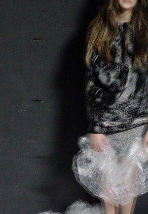 A propósito da pop up store no Península Boutique Center, Miguel Flor oferece um novo ponto de vista sobre as peças dos criadores do Portugal Fashion, com este ensaio fotográfico @vogueportugal