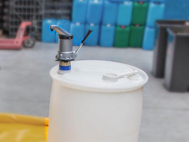 Pompa dźwigowa do beczki wykonana z wysokiej jakości polietylenu. Pompę można stosować do wszystkich rozmiarów beczek (przy zastosowaniu adapterów). Pompuje około 0,25 litrów / na jedno naciśnięcie. Zapraszamy do naszego sklepu: www.ikapol.net