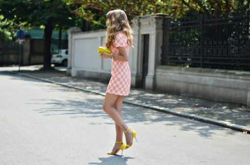 outfit of the day: abito a scacchi e sandali gialli