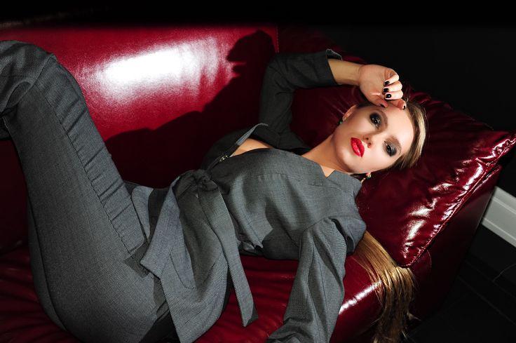 На Лизе брючный костюм из ткани Yves Saint Laurent 🕸 Состав: 97% шерсть, 3% шелк В наличии размер S Доставка бесплатная 🌎 Цена 16.000₽