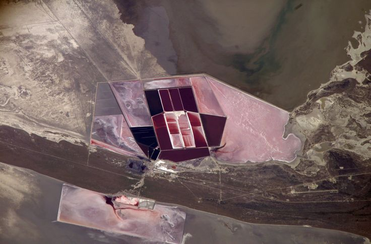 https://flic.kr/p/nYfqpN | Archive: Salt Ponds in Botswana (Archive: NASA, International Space Station, 03/01/07) | Salt ponds of Botswana are featured in this image photographed by an Expedition 14 crewmember on the International Space Station. This recent, detailed view shows the salt ponds of one of Africa's major producers of soda ash (sodium carbonate) and salt. Soda ash is used for glass making, in metallurgy, in the detergent industry, and in chemical manufacture. The image shows a…