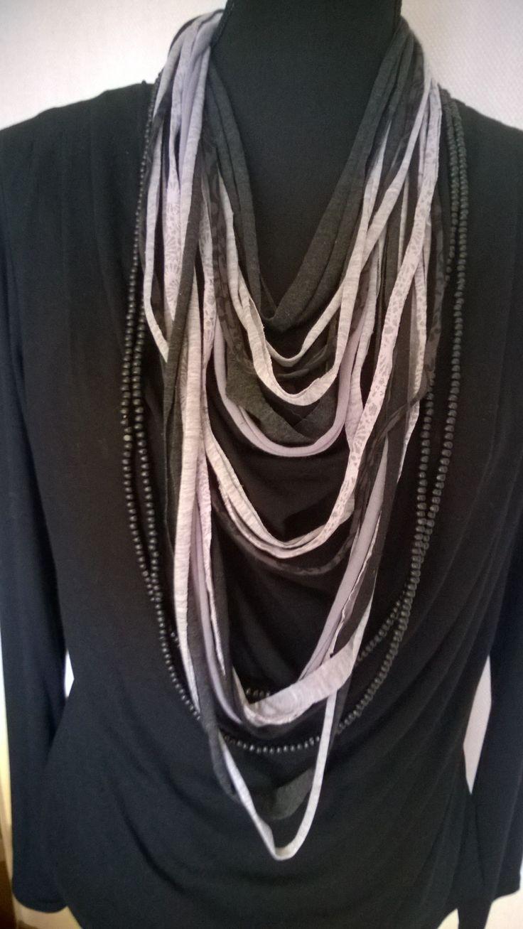 Tshirt Scarf in zwart en grijstinten en 2 lange losse zwarte Kralenkettingen DKNenzo of op mijn site bij: Etsy.com