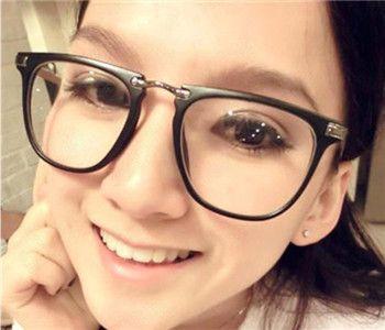 おしゃれなメガネの選び方、その一、丸顔前髪ありに似合う眼鏡は?丸顔タイプなら自分に似合うメガネきっと見つかる!丸顔の方にオススメの形。