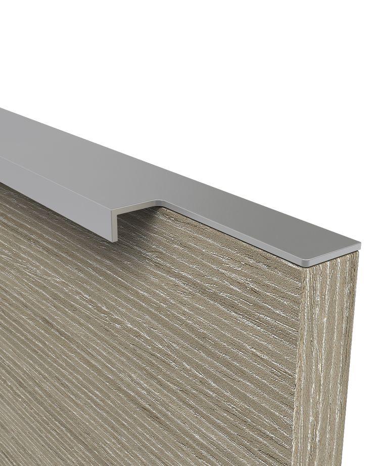 Κομψή λαβή αλουμινίου με φρεζαρισμένα άκρα. Αριστούργημα!!! Σχεδιάστηκε για να αναδεικνύει τις μοντέρνες γραμμές στα έπιπλα όπου θα χρησιμοποιηθεί. Εάν θα την τοποθετήσετε σε ένα ίσιο πορτάκι, αμέσως ο χώρος σας θα αποκτήσει μοντέρνα εμφάνιση. Επιλέγετε ιδιαίτερα από αρχιτέκτονες για εφαρμογή σε χώρους κουζινών και ιατρείων. Κατά την διαδικασία σχεδιασμού όλης της σειράς δόθηκε η μέγιστη προσοχή στις λεπτομέρειες του φινιρίσματος των άκρων ώστε να έχει άμεση επιρροή στην υψηλή αισθητική των…