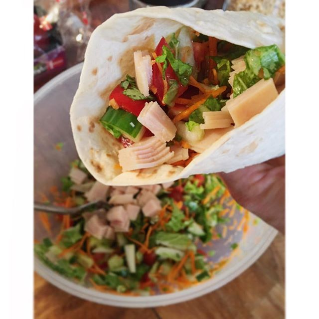 """TORTILLA WRAP 🌯💚 👉🏻dagens aftensmad er ganske godkendt 😝✌🏻️Tortilla wraps har lidt fået et usundt ry - men det behøver de ik at være 🙈 Drop oksekødet, den fede ost, fed dressing og store mængder af avocado !! Lav i stedet en lækker salat med evt kylling en fedtfri dressing og voila så er wrap'en pludselig """"bare"""" dine kulhydrater i et ganske alm måltid 👌🏻🙋🏼!! #lækkeraftensmad #nemtoglækkert #tortillawrap #sundmad #carbs #salat råkost kalkon"""