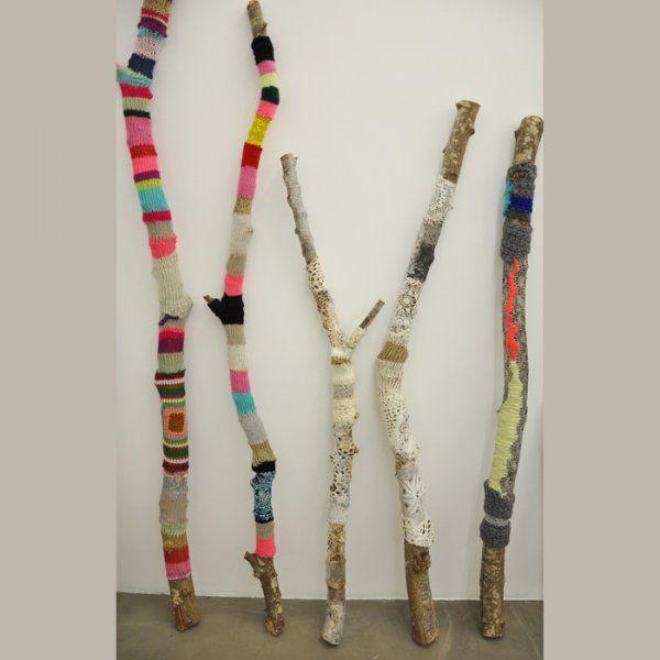 Des branches d'arbres habillées de tricot par Aurélie Matigot / Knitting dressed tree by Aurélie Matigot, yarnbombing
