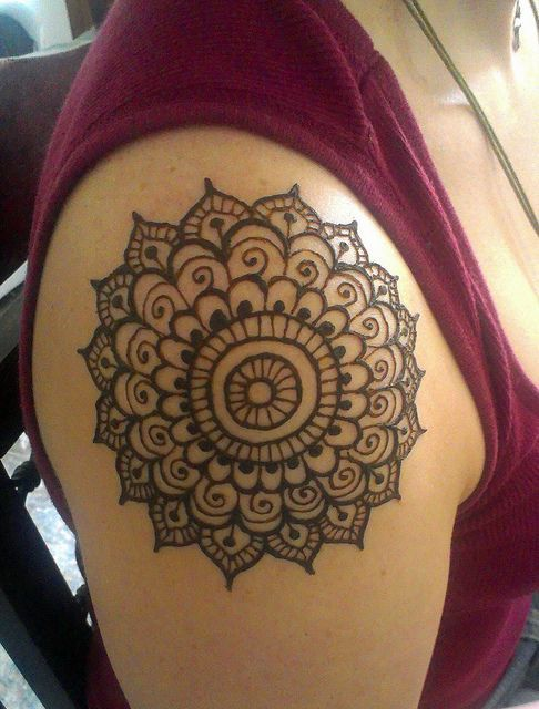 Simple Circular Shoulder Mehndi Design. #Henna #Mehndi #WomenTriangle