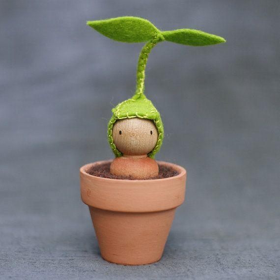 Kleine Sprout Peg Puppe in einem Topf von BeetleAndFern auf Etsy