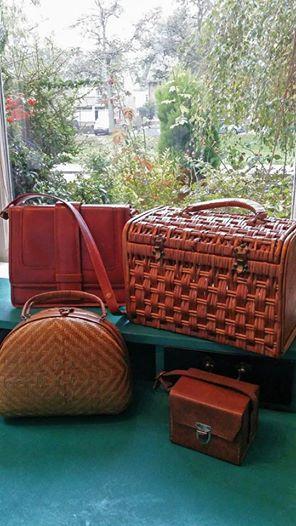 vintage bruine handtassen.  Leren tas, de band is verstelbaar van handtas naar schoudertas (links boven) :€15,- Rieten mand (rechts boven): VERKOCHT Rieten handtas (links onder) : VERKOCHT  Leren mini tas (rechts onder): €7,- ---------------------------------------------------- Autumn brown vintage handbags. Leather bag, the strap is adjustable from handbag to shoulder bag (top left): € 15, - Wicker basket (top right): SOLD Wicker handbag (bottom left): SOLD Leather mini bag (right): € 7, -