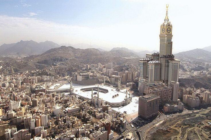 «Абрадж аль-Бейт» представляет собой комплекс зданий — семь башен высотой от 240 до 601 м названы в честь главных святынь ислама. Комплекс расположен прямо напротив крупнейшей исламской мечети. Самый высокий из небоскребов — отель «Королевская часовая башня» с огромными часами, которые видно на расстоянии 25 км.