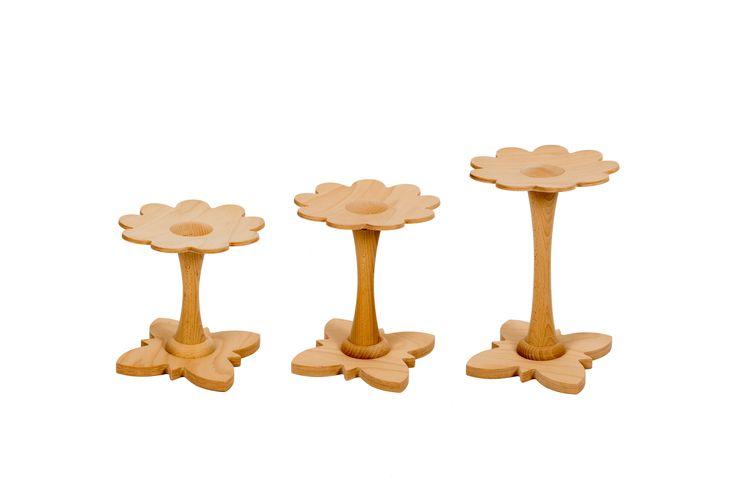 Deze houten krukjes isde vorm van bloem vervaardigd uit beukenmultiplex met massieve beuken elementen. Door gebruik te maken van beukenhout is het krukje sterk en dat resulteert in levensduur. Niet afgewerkt en is puur natuur, zelf te behandelen mogelijk. Het stoeltje kan je aanpassen aan 3 verschillende leeftijden. Losse stengel (poot) verkrijgbaar voor 2 - 5 - 8 jarigen. Zo krijg je de juiste zithoogte voor het kind.