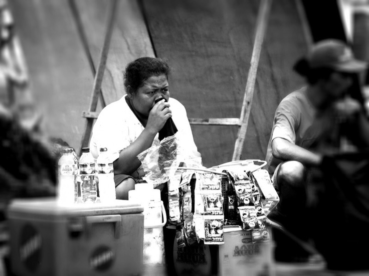 Seorang wanita yang berjualan minuman untuk mencari nafkah | Maria Christiane. http://ceritalensa.beritasatu.com/detail.php?id=6823