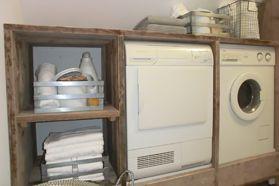 Een ombouw voor wasmachine en/of droger. Maak de ombouw extra hoog zodat hij gebruikt kan worden als werkblad, om was op te vouwen bijvoorbeeld. In de ruimte tussen werkblad en wasmachine kun je laden plaatsen. Of een gootsteen.