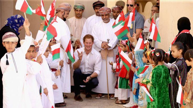 Osmanische Kinder freuen sich über den Besuch des Prinzen und begrüßen ihn mit den Landesfahnen.