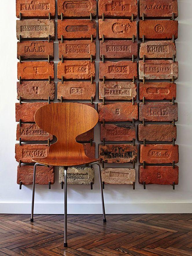 Cadeira de Madeira e Parede de Tijolos