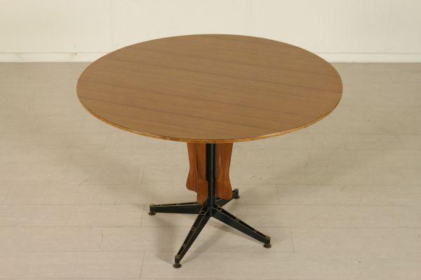 Tavolo tondo; legno ricoperto in formica, legno di teak, metallo e ottone. Buone condizioni, presenta piccoli segni di usura.