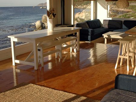 Self catering accommodation, Simonstown, Cape Town  Lounge and dinning area