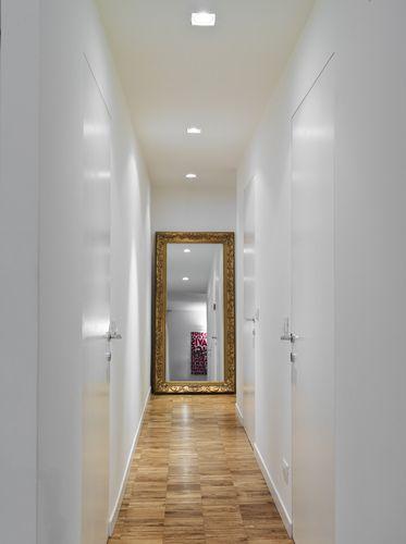 Lungo il nuovo corridoio di distribuzione, di soli 90 cm di larghezza ...