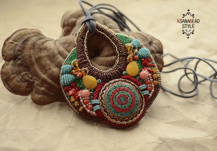 """Индийский кулон """"Карри"""", вышивка бисером. В основе украшения индийский кабошон ручной работы."""
