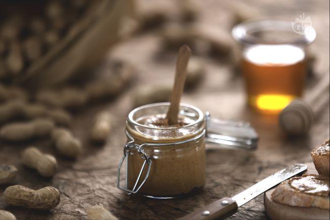 Il burro d'arachidi è uno snack molto amato dagli americani, prodotto dai semi di arachide macinati, spesso spalmato in un sandwich con la confettura.