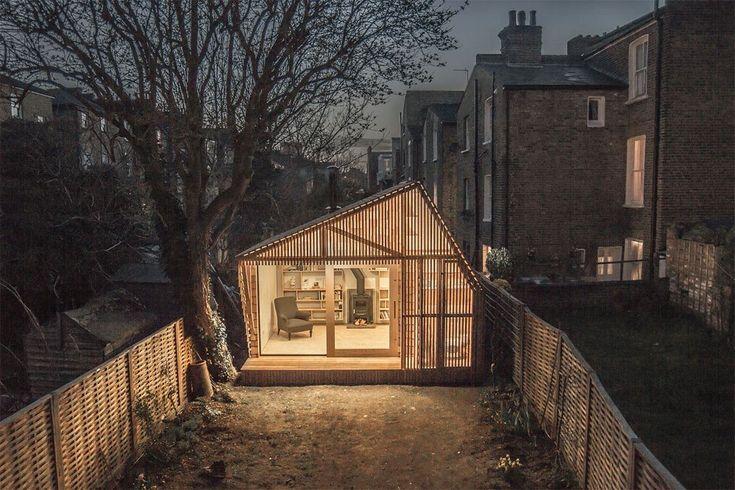 Nascosto in un giardino, nel retro di una villetta di Londra, c'è un capanno da fiaba progettato dallo studio Weston Surman & Deane