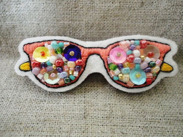 フエルトに眼鏡とビーズを刺繍し、ブローチに仕上げました。シンプルな鞄のアクセントにいかがでしょうか。 【サイズ】 縦2.5cm 横6cm 厚さ3mm ※サイズ...|ハンドメイド、手作り、手仕事品の通販・販売・購入ならCreema。