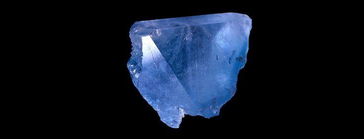 Cristal de Topaze d'une couleur bleue résultant d'une irradiation naturelle (N° 191.19) © MNHN - Louis-Dominique Bayle