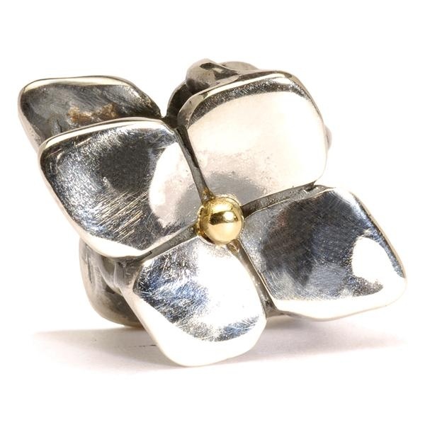 L'ortensia è un fiore delicato ed elegante. Al suo interno è racchiuso un piccolo cuore d´oro che la rende speciale... come la persona che la indossa.