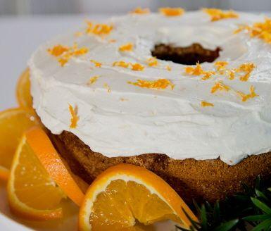 Vem älskar inte mjuk pepparkaka! Här är en härlig variant med smak av apelsin, lingon och ett underbart glasyrtäcke av smetana, apelsin och florsocker. Enkel att göra med färdig pepparkakskrydda. En riktig höjdare i jul!