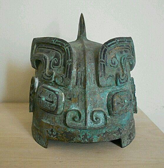 - Casco de bronce de la Dinastia Zhou ./tcc/
