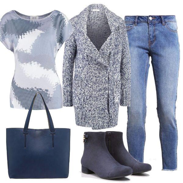 Casual e comodo per tutti i giorni, outfit composto da jeans con orlo a vivo, maglietta con giochi bianchi e blu lungo cardigan melange, stivaletti con fibbiette e borsa in tinta.