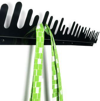 Wave hängare i svart och vitt från Design House Stockholm är varandras motsatser eftersom de skärs ut vid samma tillfälle. Hängarna kan sättas upp efter varandra och på så sätt bli hur långa som helst. Vinkeln från väggen gör att det bildas effektfulla skuggor. Häng upp dina kläder med Wave eller visa upp dina favoritsmycken!