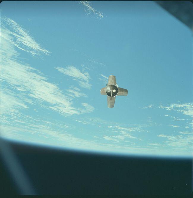 #интересное  NASA опубликовало редкие фотографии Луны (36 фото)   Агентство NASA опубликовало редкие фотографии Луны, которые были сделаны американскими астронавтами во время миссий «Аполлон-7» — «Аполлон — 17». Снимки сделаны на пленочные фотоаппараты, а с 2004 г�