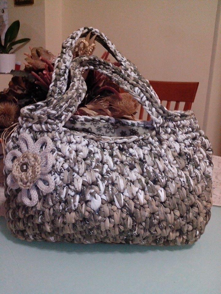 Borsa in fettuccia con fiore a tricotin