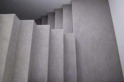 La limpieza del concreto en las escaleras da un look de simplicidad.