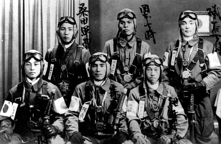 70 anos do fim da Segunda Guerra Mundial Legenda: Grupo de pilotos kamikazes japoneses com uniforme de vôo (Keystone/Getty Images)