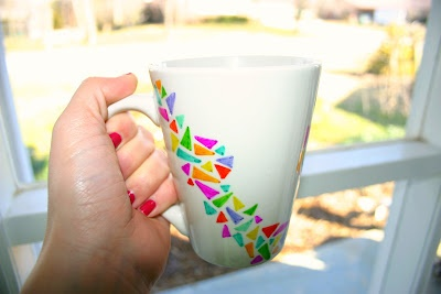 Add a little colour to a plain coffee mug. All you need are a few permanent markers! DIY Coffee Mug