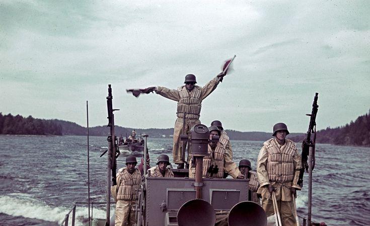 Экипаж немецкого катера и сигнальщик передающий сообщение флажным семафором во время плавания в Лахденпохье, Карелия, 1942 год.