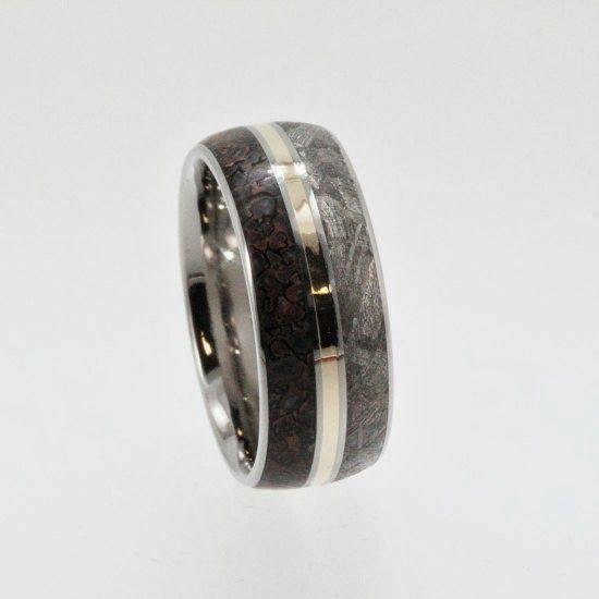 Anillo de meteorito, hueso, oro y titanio  ---> http://todaunaamalgama.blogspot.com.ar/2013/12/los-anillos-para-dominar-el-mundo.html