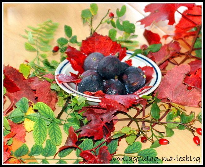@vontagzutagmari Tischdeko im Herbst. Eine Schale mit Feigen, umgeben von herbstlichem Laub und Hagebutten. http://vontagzutag-mariesblog.blogspot.co.at/