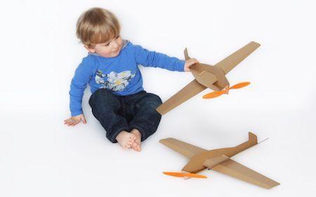 HOCKOmobile to tekturowe samoloty do samodzielnego złożenia i ozdobienia. Lekka tekturowa konstrukcja i prosty napęd gumkowy zapewniają długie godziny absorbującej zabawy: podniebnych lotów, zawodów lotniczych, akrobacji.