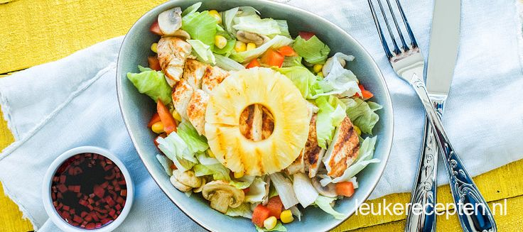 Salade met gegrilde kipfilet, ananas en lekker veel groenten in een pittige dressing.