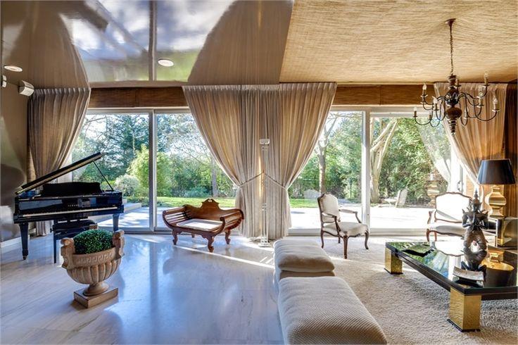A vendre chez Capifrance à Garches magnifique maison contemporaine de 450 m².    Charmante maison aux multiples facettes : 9 pièces, 6 chambres, et un terrain de 1002 m².    Plus d'infos > Olivier Charon, conseiller immobilier Capifrance.