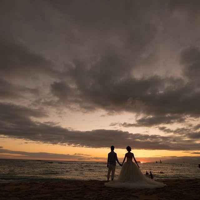 海でのサンセット撮影は雲やらクルーズ船がいて残念(´・_・`)(笑)とおもったけどとっても素敵に撮ってもらえました #卒花嫁 #日本中の卒花嫁さんと繋がりたい #日本中のプレ花嫁さんと繋がりたい #ハネムーン #ハネムーンレポ #ハワイ #Hawaii #ワイキキ #waikiki #後撮り #ハネムーンフォト #後撮りフォト #ウェディング #みんなのウェディング #花嫁トレンド部 #ピクマリ #新婚旅行 #weddingphoto #サンセット#海