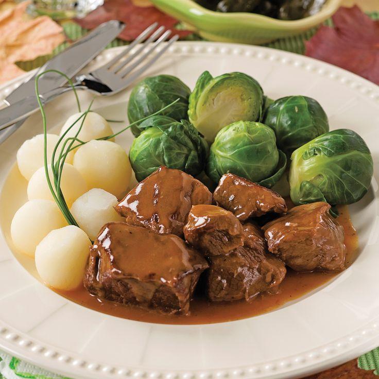 Ce plat au goût d'antan en tentera plusieurs. La saveur généreuse du traditionnel sirop d'érable s'entremêle aux bonnes odeurs de thym et de laurier. Lentement mijoté, ce ragoût de bœuf n'en sera que plus délectable. Cuisson à la mijoteuse: Commencez la préparation selon la méthode présentée ci-contre. Déposez la viande et les légumes dans la mijoteuse. Saupoudrez de farine et remuez. Ajoutez 250 ml (1 tasse) de bouillon et les autres ingrédients, à l'exception du thym......
