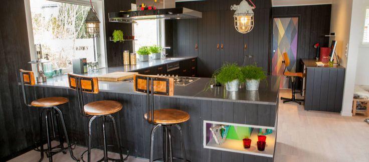 """Møbelhåndtaket """"Strap"""" i håndsydd skinn/lær fra Turnstyle Designs ble brukt på det sorte kjøkkenet i """"Tid For Hjem"""" på TV2."""